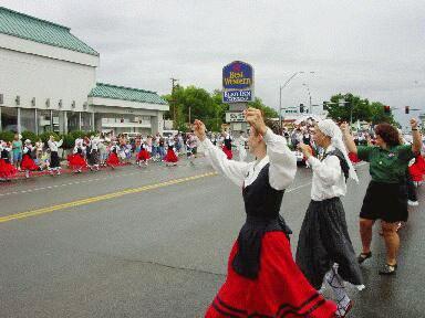 """Elkoko """"Arinak"""" taldeko dantzariak """"Basque National Festival""""eko kabalkadan parte hartzen"""