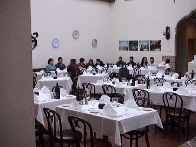 Anaitasuna Euskal Etxeko kideak San Franciscoko Unión Española erakundean eta haren baitan dagoen Patio Español jatetxean bildu ohi dira. Argazkian, azkeneko honen argazkia