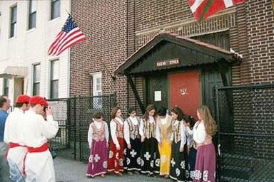 New Yorkeko Euskal Etxeko dantza taldea klubaren eraikinaren aurrean