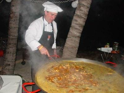Paella bat prestatzen Miamin itsaso ondoko villa batean (argazkia EuskalKultura.com)