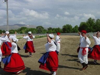 Winnemuccako dantza taldea Elkoko euskal jaietan dantzaldia eskaintzen