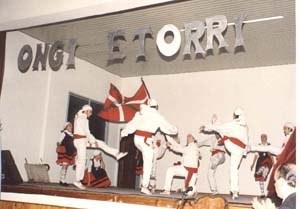 Bahia Blancako dantzariak Puango euskal festan dantzari