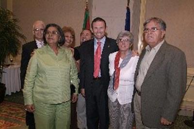Ibarretxe lehendakaria Puerto Ricoko euskal koloniako partaide batzuekin (Jon Bernardez argazkia)