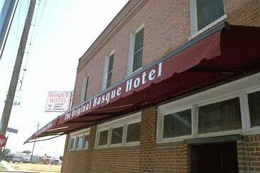 """Egun Fermin Urroz labaiendarrak gidatzen duen Fresnoko """"Basque Hotel""""ak 1929an zabaldu zituen bere ateak"""
