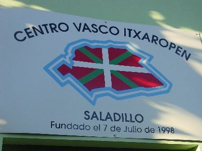 Saladilloko Euskal Etxearen logoa bertako egoitzan (argazkia EuskalKultura.com)