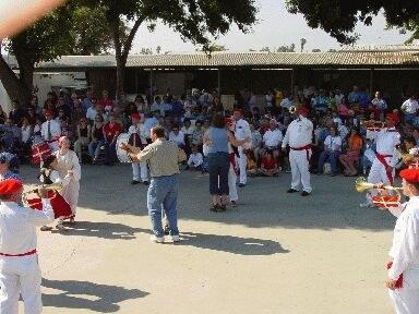 """Bikoteak dantzan Chinoko Klikak jotzen duen pieza bati segituz """"Southern California Basque Club""""en Euskal Piknikan (argazkia EuskalKultura.com)"""