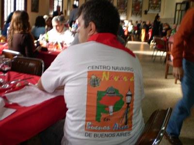 Buenos Aireseko Nafar Etxeko elastikoa daraman gaztea 2008ko San Ferminen ospakizunean, Nafar Etxean bertan (arg. EuskalKultura.com)