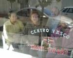 'Ibai Txori'ko lehendakaria eta zenbait zuzendaritza batzordekide Euskal Etxeak kalera begira duen kristalaz bestalde (argazkia EuskalKultura.com)