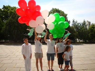 Olentzero visitó a los niños de Euzko Etxea de La Plata, que realizaron una suelta de globos en el Día del Euskera