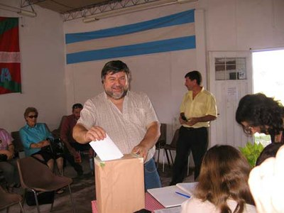 El presidente del Centro Vasco ejerciendo su derecho al voto en las elecciones internas de la euskal etxea