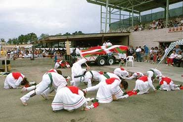 'Utah-ko Triskalariak' dance group at Ely Basque festival (photo EuskalKultura.com)