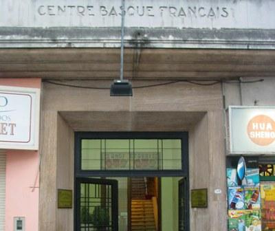 Aspecto exterior y entrada a la sede del Centro Vasco Francés/Centro Vasco de Iparralde (foto EuskalKultura.com)