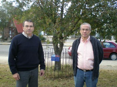 Anberto Bonjour Ansoleaga and Javier Urricarriet, president and member of the Board respectively of Euskal Etxea Basque Club of Juan Lacaze of Uruguay in front of the Tree of Gernika of Juan L. Lacaze (photo EuskalKultura.com)