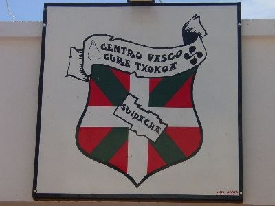 Logo de la euskal etxea sobre la puerta sde acceso a su sede (foto EuskalKultura.com)