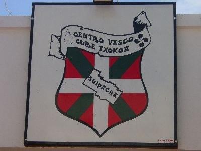 Logo of the Suipacha Basque Club at its headquarters (photo EuskalKultura.com)