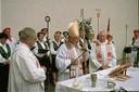 Acompañado por coro, bertsolaris, etc., el obispo Etxenagusia oficia la misa en euskera en la euskal etxea de San Francisco