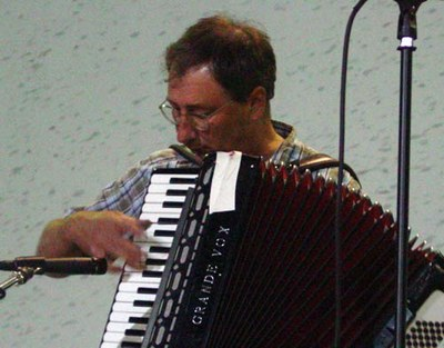 Jean Flesher playing accordion in Bakersfield (photo EuskalKultura.com)