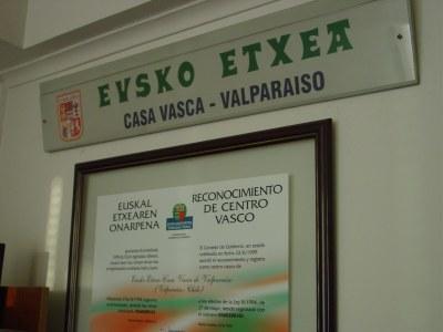 Interior and framed recognition of the Viña-Valparaiso Center (photo EuskalKultura.com)