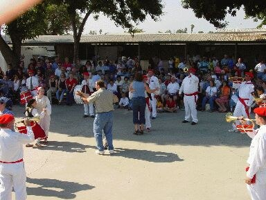 Couples dancing to the music of the Chino Klika at a Southern California Basque Club's picnic (photo EuskalKultura.com)