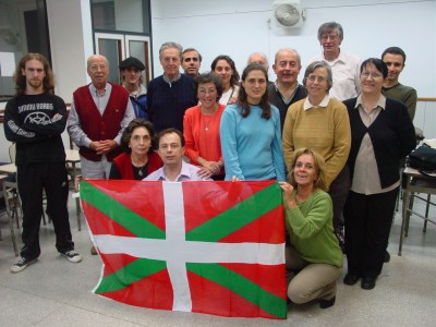 Euskaltzaleak students of a level with their teacher (photo EuskalKultura.com)