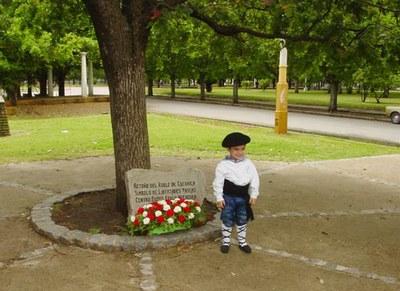 A child in front of the Tree of Gernika in Necochea (photo EuskalKultura.com)
