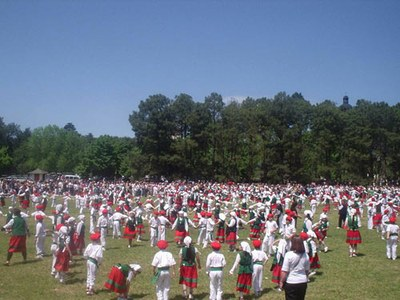 Students dressed up with their Basque costumes dancing at the Annual Festival of the school (photo EuskalKultura.com)