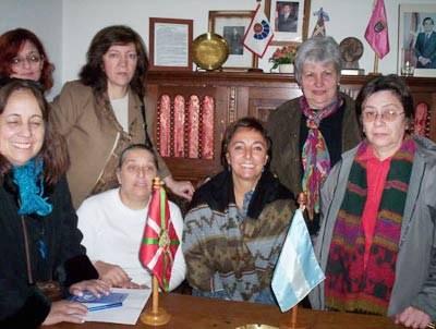 Integrantes de Emakume Abertzale Batza junto a Izaskun Moyua, fotografiadas con ocasión de la visita que la directora de Emakunde realizó a Argentina en junio de 2008 para participar en la celebración del 70 aniversario de EAB de Buenos Aires y Rosario