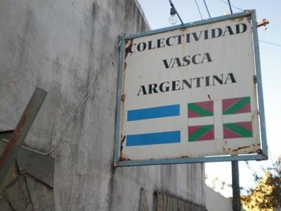 Cartel exterior de la sede vasca concordiense (foto EuskalKultura.com)