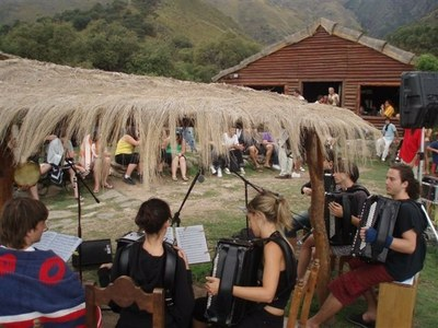 Organizado por la Euskal Etxea Kometxingon, concierto de la Orquesta de Acordeones de Aretxabaleta en el Mirador Cabeza de Indio (Merlo) en octubre de 2008