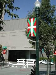 Ikurrina sur les lampadaires du Basque Block de Boise- Idaho