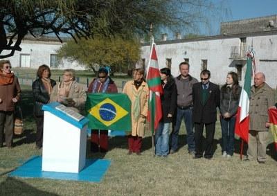 Representantes de la euskal etxea victoriense junto a los representantes de las demás colectividades presentes en Victoria en los actos del Día del Inmigrante en septiembre de 2008