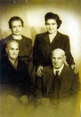 Dolores Beldarrain de Kuhn con su nieta y sus padres