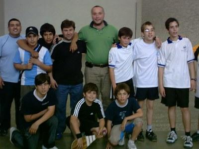 Participantes en una de las sesiones de pelota que desarrolla a lo largo del año el Centro Vasco de Macachín