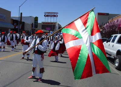 Dantzaris del grupo Oinkari de Boise durante el desfile vasco de Elko, Nevada. John Krakau porta la bandera vasca (foto EuskalKultura.com)