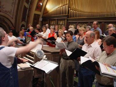 Actuación del coro vasco Bihotzetik de Boise en la Catedral de St. John, en Boise (Foto EuskalKultura.com)
