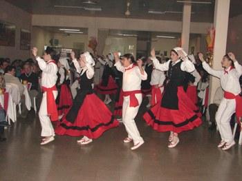 Los dantzaris del centro navarro de Bolívar en una celebración de la entidad