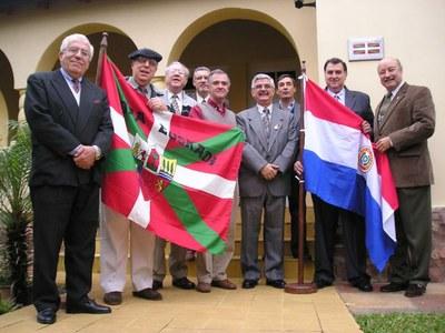 Miembros de la directiva del Centro Vasco en la sede de la entidad