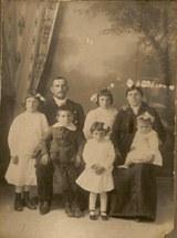Los abuelos de Ángeles con sus cinco hijos, entre los que se encuentra su madre. Foto sacada hacia 1915. Fuente de la imagen: Ángeles de Dios Altuna.