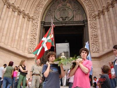 Procesión en la Basílica de Luján de la Virgen de Arantzazu, que cuenta con un altar en el templo, a manos de miembros de la colectividad vasca local