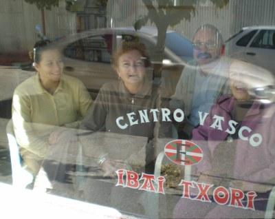 Lucía Arcelus, lehendakari, y otros miembros de la directiva de 'Ibai Txori' en el interior de la sede del CV, en una instantánea captada desde el exterior (foto EuskalKultura.com)