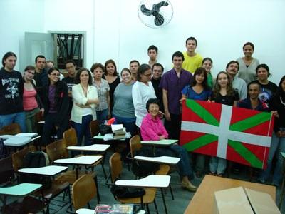 Clases de Euskera, de la mano de profesores del Centro Vasco local, en la Universidad de San Pablo