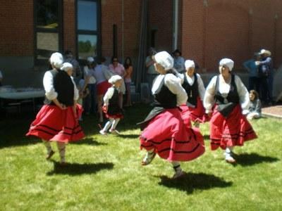 Chicas dantzaris de Zaharrer Segi bailando durante el Día del Museo de Buffalo en verano de 2008 (foto EuskalKultura.com)
