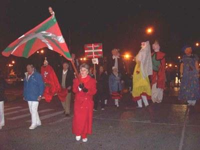 Kalejira vasca por las calles de General Roca con gigantes y kilikis, para conmemorar San Fermín