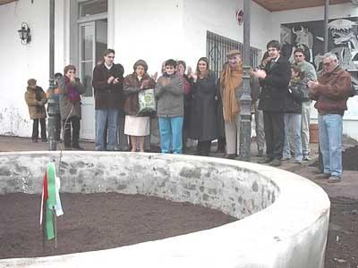 Plantación de un retoño del Arbol de Gernika en Bragado de la mano del Centro Vasco 'Danak Anaiak'