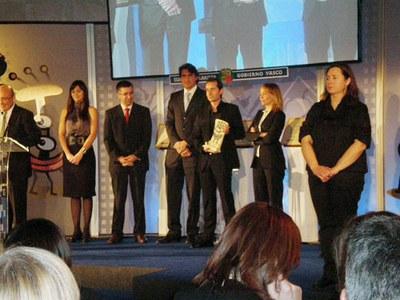 La asociación AED de Arrasate recibió ayer en Vitoria-Gasteiz el Premio Ukan del Día Internacional del Euskera