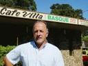 Francisco Oroz errotarra San Rafaeleko 'Cafe Villa Basque'ren aitzinean