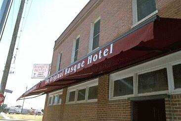 Fermin Urroz labaiendarrak gidatzen duen Fresnoko 'Basque Hotel'ak  1929an zabaldu zituen bere ateak