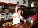 John Lewis, Bakersfield-eko Pyrenees Café-ko nagusia, edari bat prestatzen   bere barran