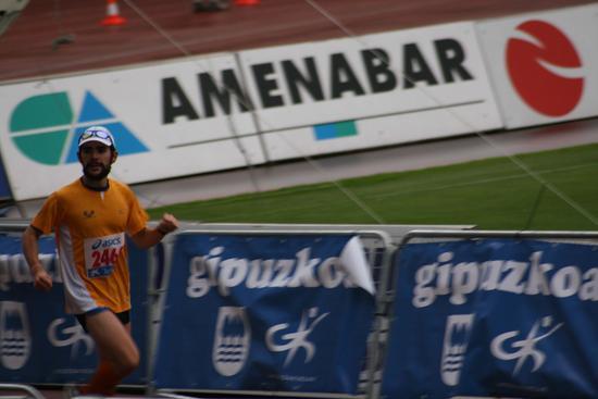 Iban Perez Donostiako maratoian helmugara heltzen