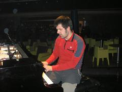 Gorka buztan luzeko pianoa jotzen